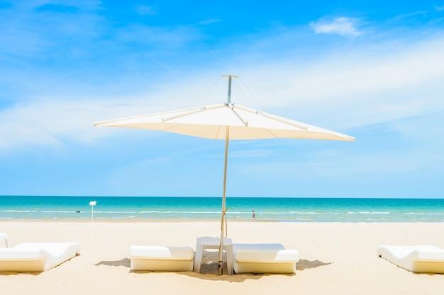 Guarda-chuva e cadeira na praia