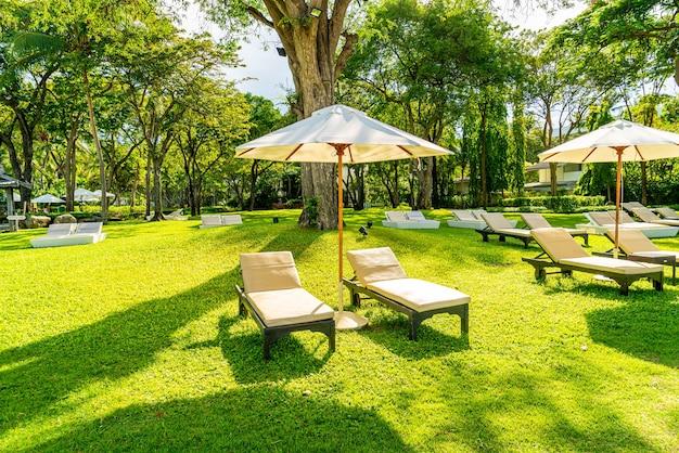 Guarda-chuva e cadeira no jardim para tomar sol ou relaxar