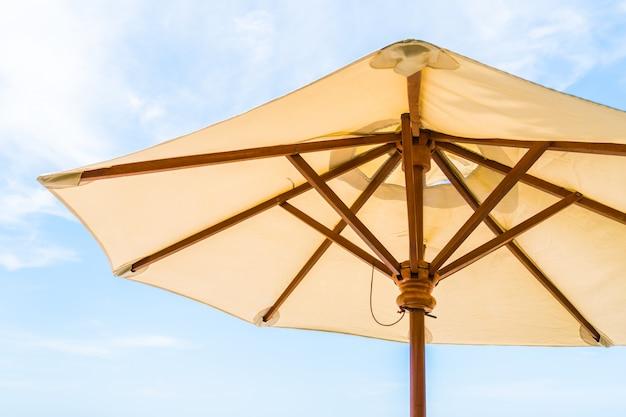 Guarda-chuva e cadeira