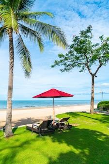 Guarda-chuva e espreguiçadeiras na praia