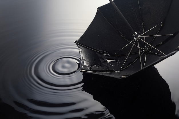 Guarda-chuva na chuva. umbrella inpuddle. conceito de fundo de outono.