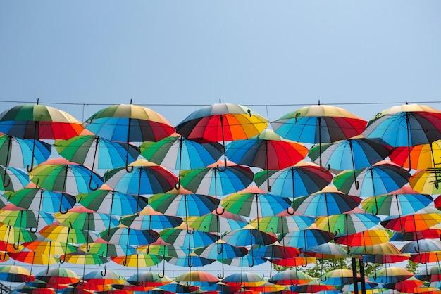 Guarda-chuvas coloridos flutuam no ar