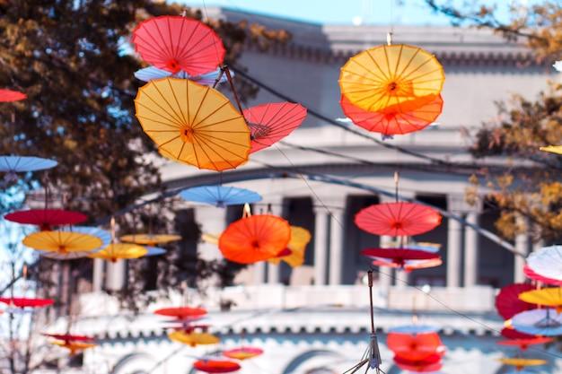 Guarda-chuvas coloridos pendurados acima da rua