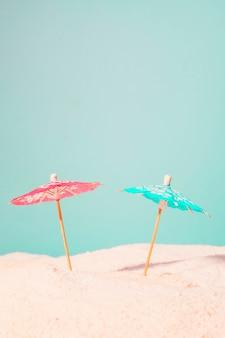 Guarda-chuvas de coquetel na areia