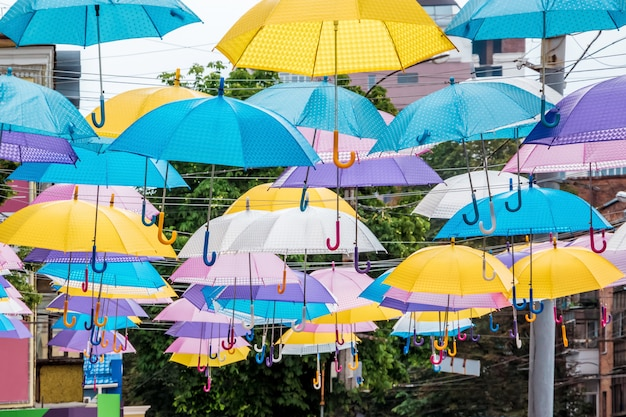 Guarda-chuvas multicoloridos na rua de uma cidade moderna em um dia de férias