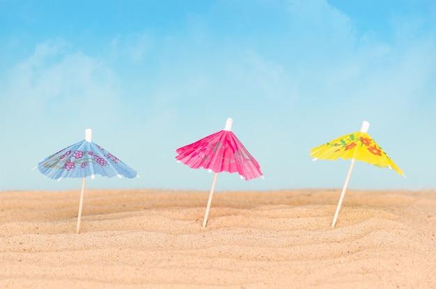 Guarda-chuvas na praia arenosa.