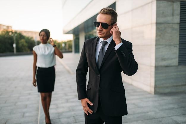 Guarda-costas de óculos escuros e empresária negra