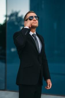 Guarda-costas falando por fone de ouvido, ferramentas de comunicação