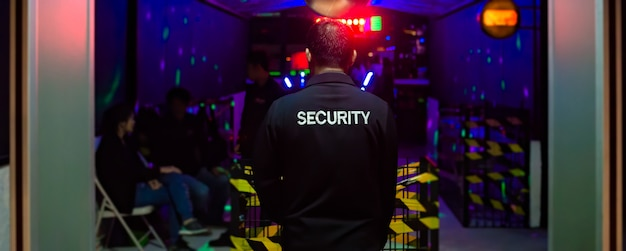 Guarda de segurança asiáticos em uma boate