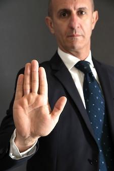Guarda de segurança homem imponente parada com gesto de uma mão