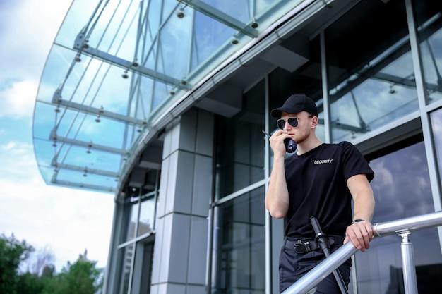 Guarda de segurança masculino bonito ao ar livre