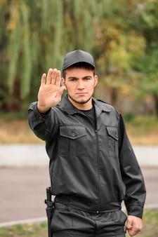 Guarda de segurança masculino na rua da cidade Foto Premium
