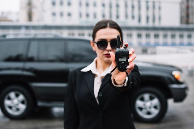 Guarda mulher monitorando área