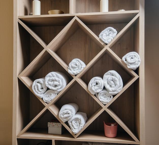 Guarda-roupa com toalhas limpas no salão de beleza spa