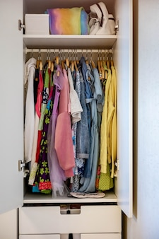 Guarda-roupa com tons de roupas de ordem perfeita armazenamento roupas roupas de menina adolescente