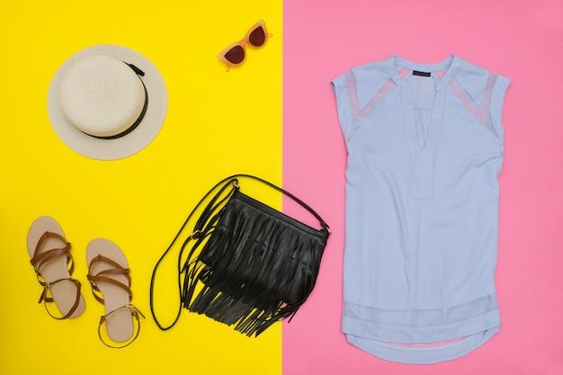 Guarda-roupa feminino. top azul, bolsa, sandálias e chapéu.