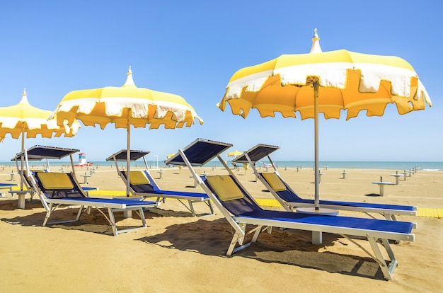 Guarda-sóis e espreguiçadeiras - rimini beach - verão italiano