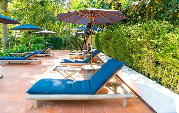 Guarda-sol e cama ao redor da piscina com vista para o rio