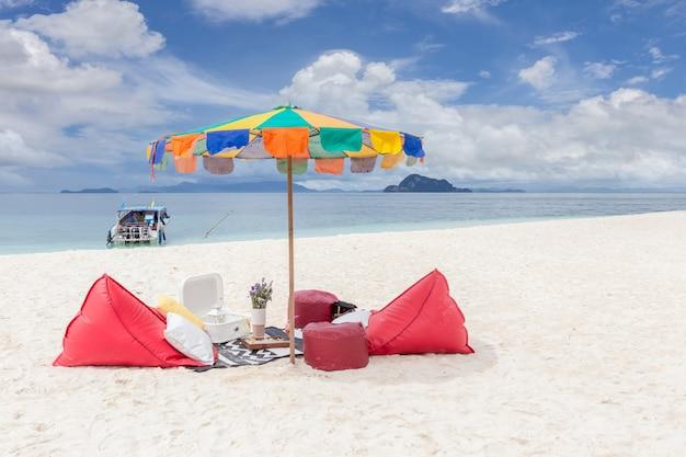 Guarda-sol em uma praia de areia branca perfeita no mar de andamão em koh khai nai, tailândia