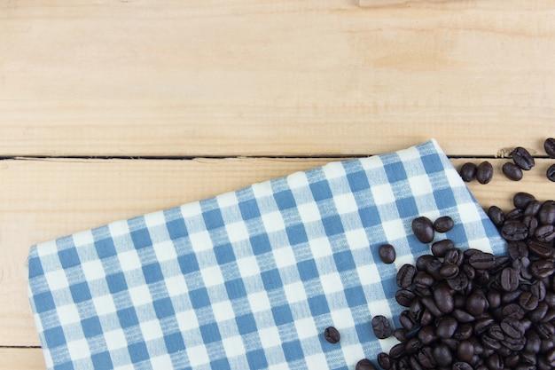 Guardanapo branco e azul com direito de feijão de café Foto Premium