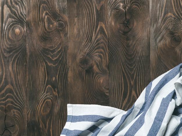 Guardanapo de linho na mesa de madeira, vista de cima, mock up