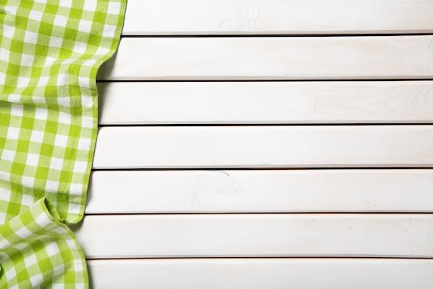 Guardanapo de pano verde com fundo de madeira