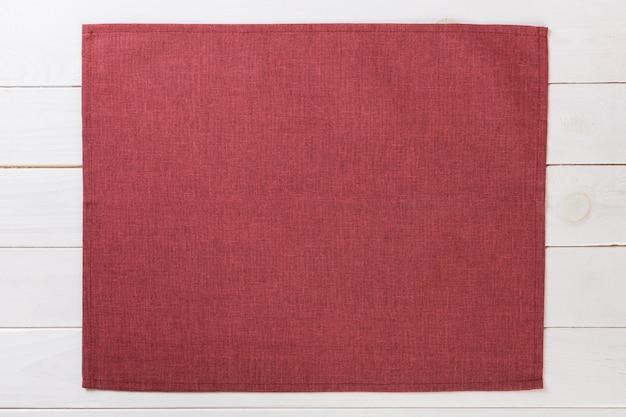 Guardanapo de pano vermelho na vista superior de madeira rústica branca com copyspace