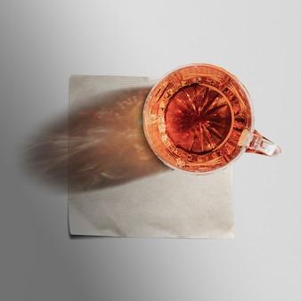 Guardanapo de papel com copo de uísque por cima