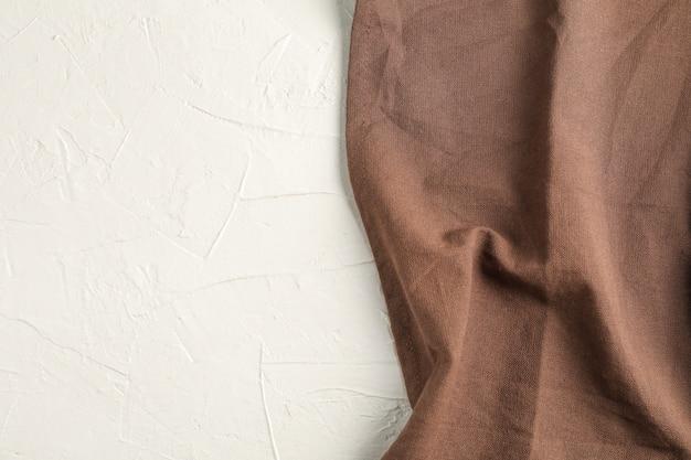 Guardanapo de tecido amassado no fundo branco
