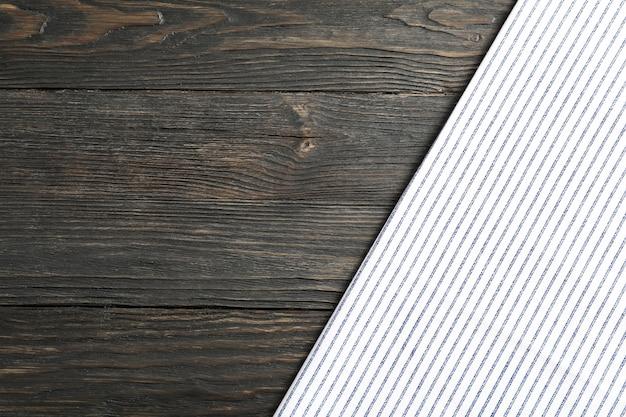 Guardanapo de tecido com fundo de madeira