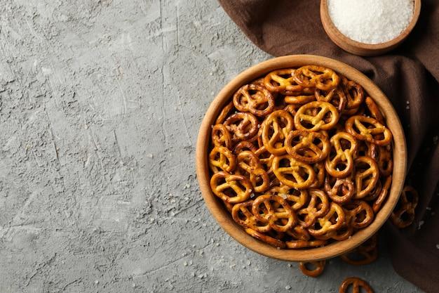 Guardanapo e tigela com bolachas de pretzels