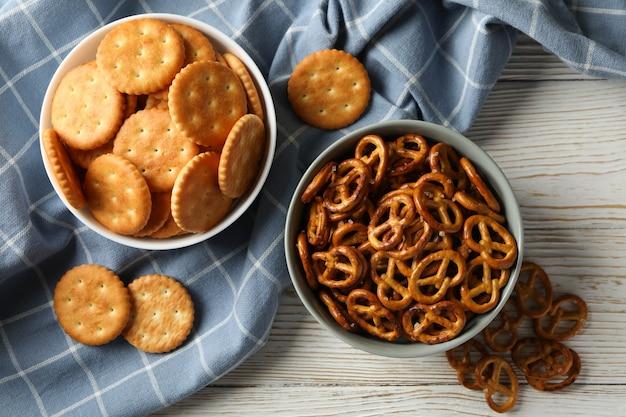 Guardanapo e tigelas com biscoitos cracker