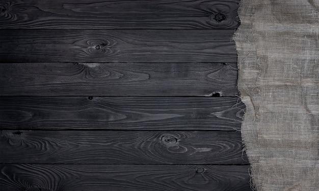 Guardanapo em fundo preto de madeira