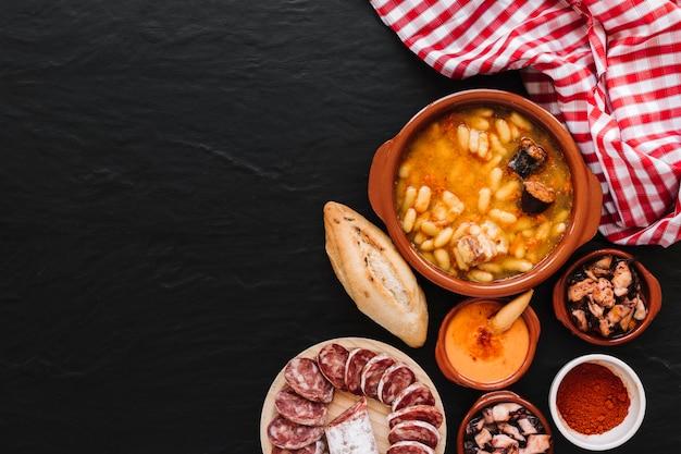 Guardanapo perto de sopa e ingredientes