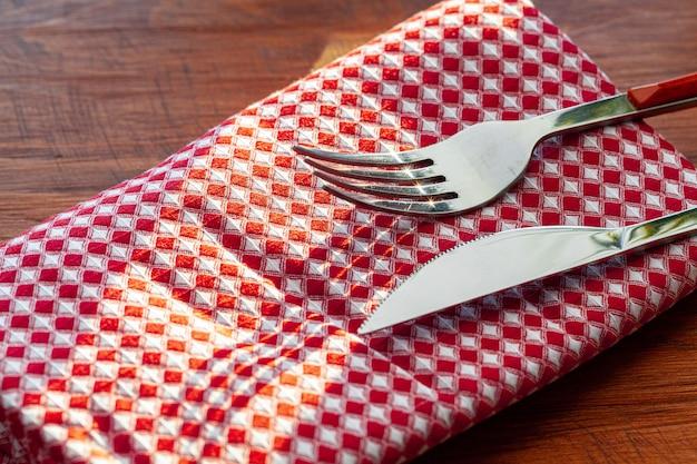 Guardanapo xadrez vermelho ou toalha de mesa na mesa de madeira, copie o espaço
