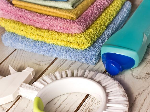 Guardanapos de microfibra coloridos, agente de limpeza, spray e pincel em w