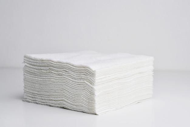 Guardanapos quadrados brancos isolados