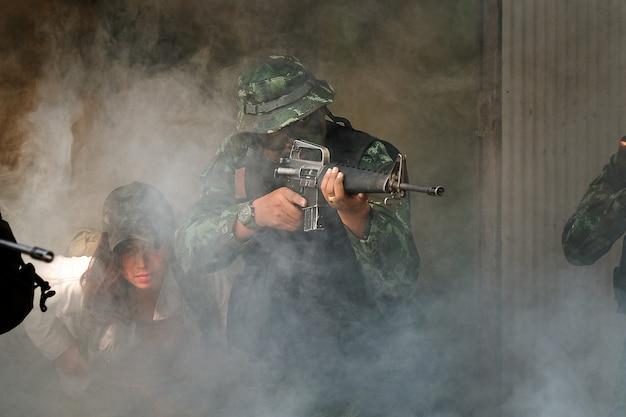 Guardas florestais do exército da tailândia durante a operação militar