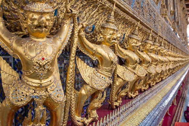 Guardião de ouro demoníaco em wat phra kaew, buda em bangkok, tailândia
