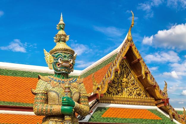Guardião do demônio em wat phra kaew, grand palace em bangkok