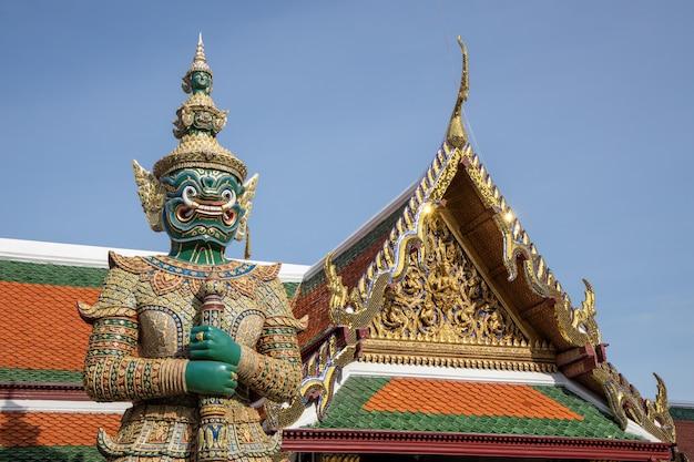 Guardião gigante do demônio que está na frente da porta de wat phra kaew (palácio grande) em banguecoque tailândia