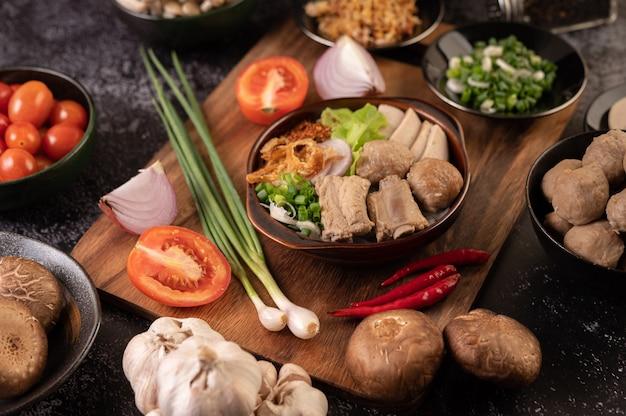 Guay jap, almôndegas, salsicha de porco vietnamita e osso de porco, comida tailandesa.