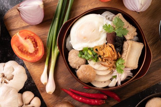Guay jap, almôndegas, salsicha de porco vietnamita e um ovo frito, comida tailandesa.