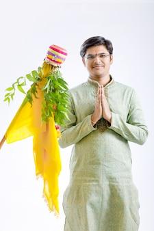 Gudi padwa marathi ano novo, jovem indiano comemorando gudi padwa festival