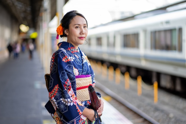 Gueixa vestindo quimono japonês na estação de trem de kyoto
