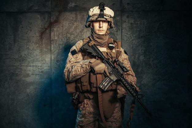 Guerra, exército, arma. empreiteiro militar privado, segurando o rifle