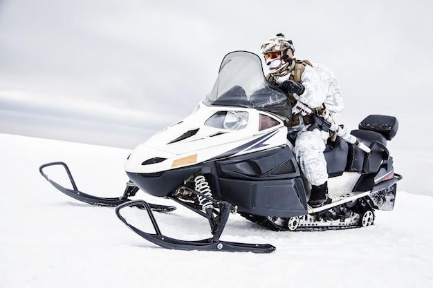 Guerra no inverno das montanhas árticas