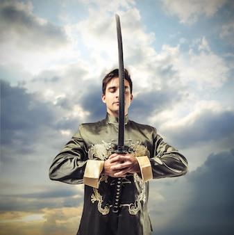 Guerreiro em vestido antigo, segurando uma espada