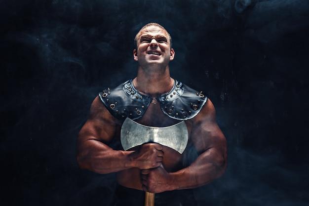 Guerreiro irritado com machado