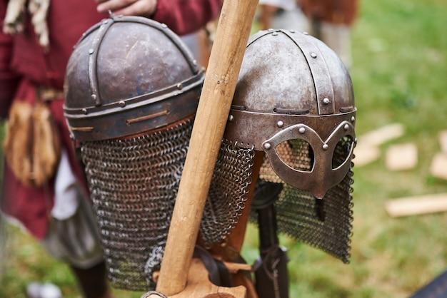 Guerreiros bárbaros de armadura medieval